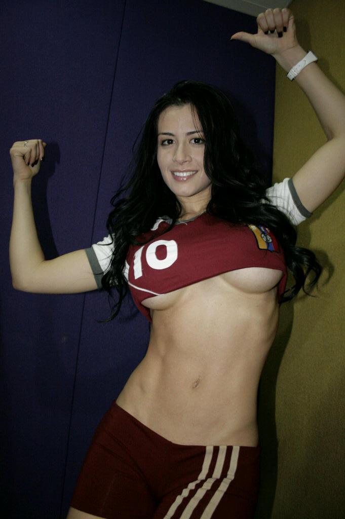 Diosa Canales se desnuda vinotinto