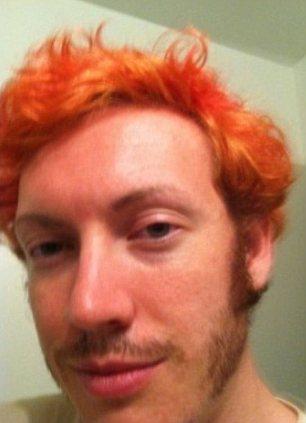 James Holmes con pelo Naranja