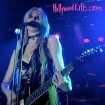 Taylor Momsen se descubre el pecho en concierto