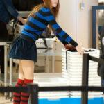 Bella Thorne de minifalda en el aeropuerto