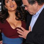 Oliver Stone maravillado con los senos de Salma Hayek