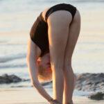 Miley Cyrus hace Yoga en la playa en bikini