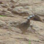 Robot Curiosity ve un objeto metalico en Marte