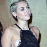 Miley Cyrus enseña de mas en fiesta de los Grammy