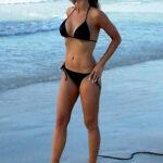 Carmen Electra lucio en bikini en las playas de Dubai