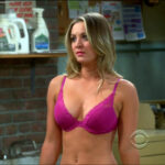 Kaley Cuoco en bra en The Big Bang Theory