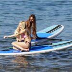 Ava Sambora paddle boarding en Hawai