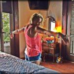 Emily Osment esposada a su cama