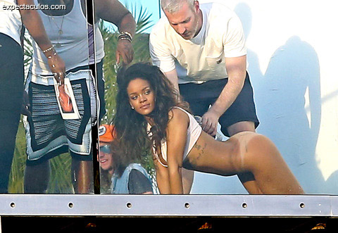 rihanna-posing-nude-naked-photos-0210-480w