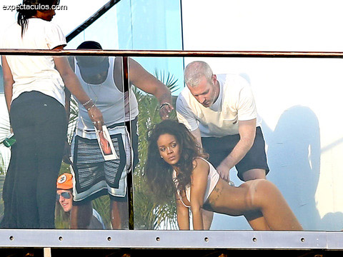 rihanna-posing-nude-naked-photos-0211-480w
