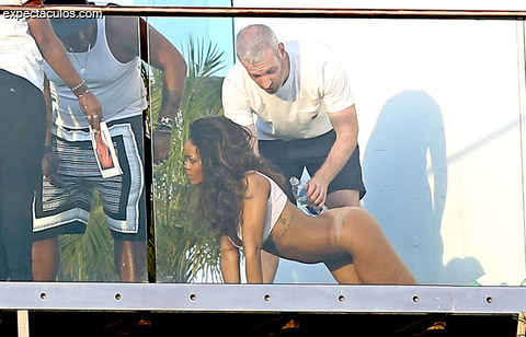 rihanna-posing-nude-naked-photos-0212-480w