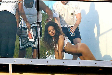 rihanna-posing-nude-naked-photos-029-480w