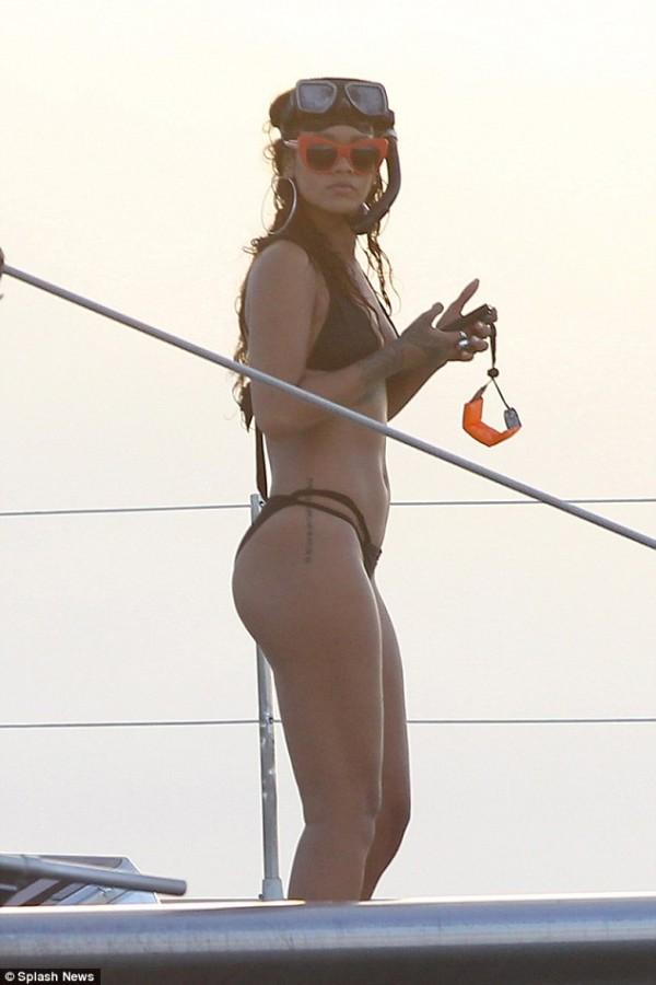 rihanna_bikini_yatch2