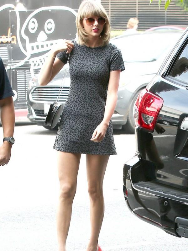 Taylor-Swift-Teases-In-A-Mini-Dress-04-675x900