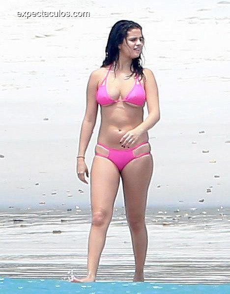 Selena-Gomez-Wearing-Pink-Bikini-Mexico-Pictures1