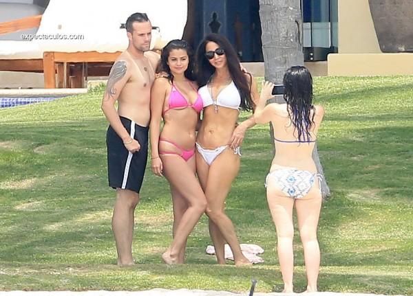 Selena-Gomez-Wearing-Pink-Bikini-Mexico-Pictures8