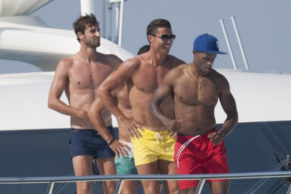 cristiano-ronaldo-gay-yate5