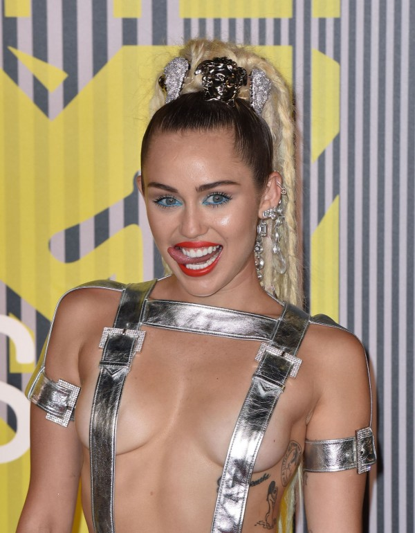 miley-cyrus-mtv-vmas-2015-red-carpet2