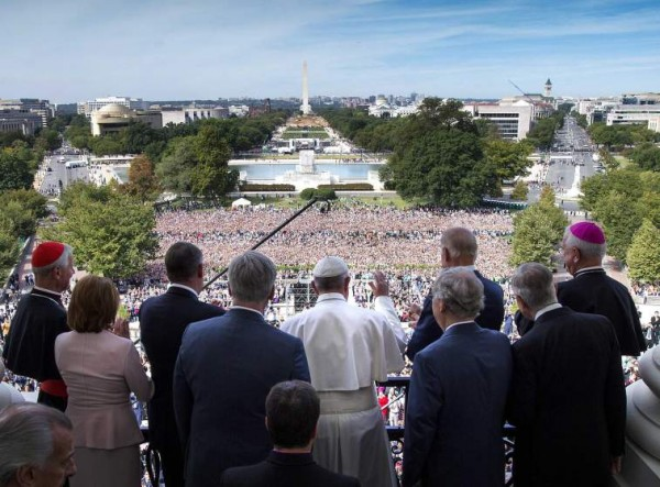 WASHINGTON, DC - SEPTEMBER 24:  Pope Francis waves to the crowd from the Speakers Balcony at the US Capitol, September 24, 2015 in Washington, DC. Pope Francis will be the first Pope to ever address a joint meeting of Congress. The Pope is on a six-day trip to the U.S., with stops in Washington, New York City and Philadelphia. (Photo by Doug Mills - Pool/Getty Images)