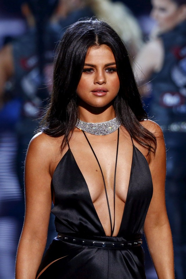 Selena-Gomez-Victorias-Secret-Fashion-Show-NY-1