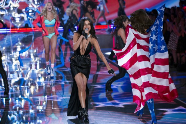 Selena-Gomez-Victorias-Secret-Fashion-Show-NY-4