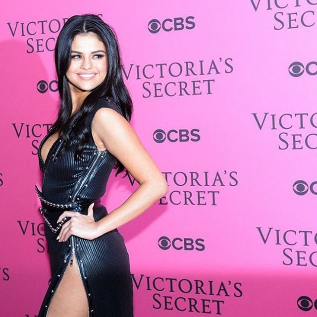 Selena-Gomez-Victorias-Secret-Fashion-Show-NY-40