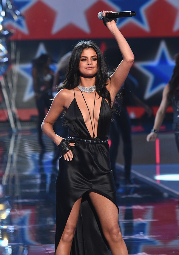 selena-gomez-3-vs-fashion-show-2015-runway