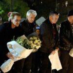 Integrantes del grupo U2 lleva flores al Bataclan