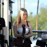Modelo Ana Braga cargando gasolina