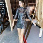 Victoria Justice en vestido de espejos