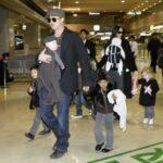 Brad Pitt y Angelina Jolie llegando con sus hijos