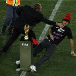 Le pusieron un gorro a la copa del Mundo