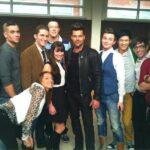 Foto de Ricky Martin con el elenco de Glee