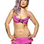 Kelly Osbourne posa en bikini para Cosmopolitan