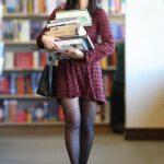 Olivia Munn en la biblioteca