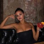 Sorprende escote de Selena Gomez